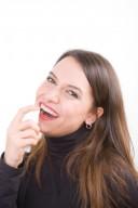 Frau benutzt Mundspray