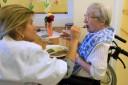 Eine ältere Frau wird gefüttert