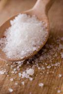 Ein Holzlöffel mit Salz