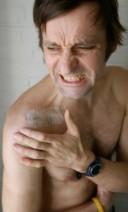 Das intuitive Berühren einer schmerzenden Stelle des eigenen Körpers wirkt ...