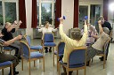Körperliches Training in Form von Übungen für Kraft, Koordination und Balance ..